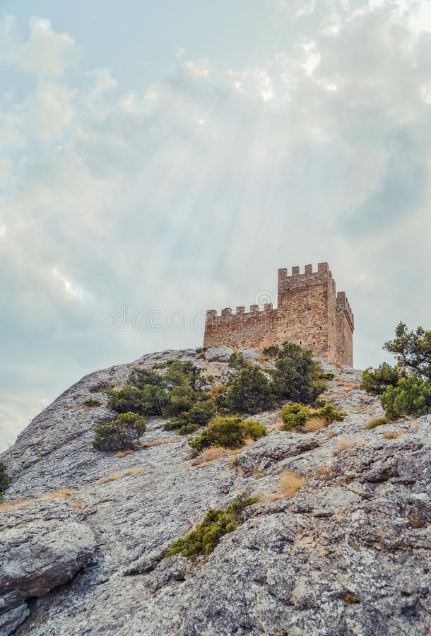Fortaleza Genoese en Sudak, la península de Crimea, el Mar Negro Castillo consular y la pared del fortalecimiento de la grada sup foto de archivo