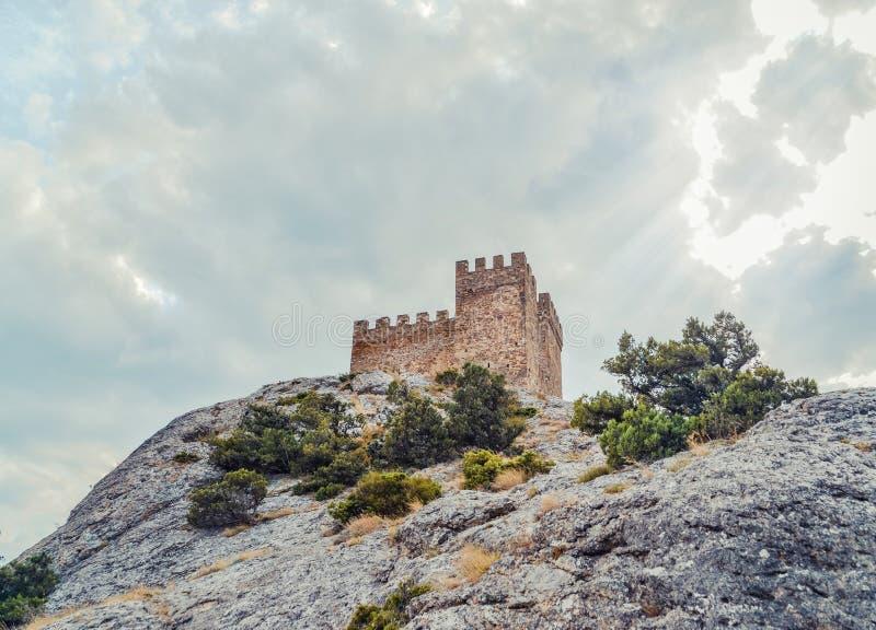 Fortaleza Genoese en Sudak, la península de Crimea, el Mar Negro Castillo consular y la pared del fortalecimiento de la grada sup fotos de archivo libres de regalías