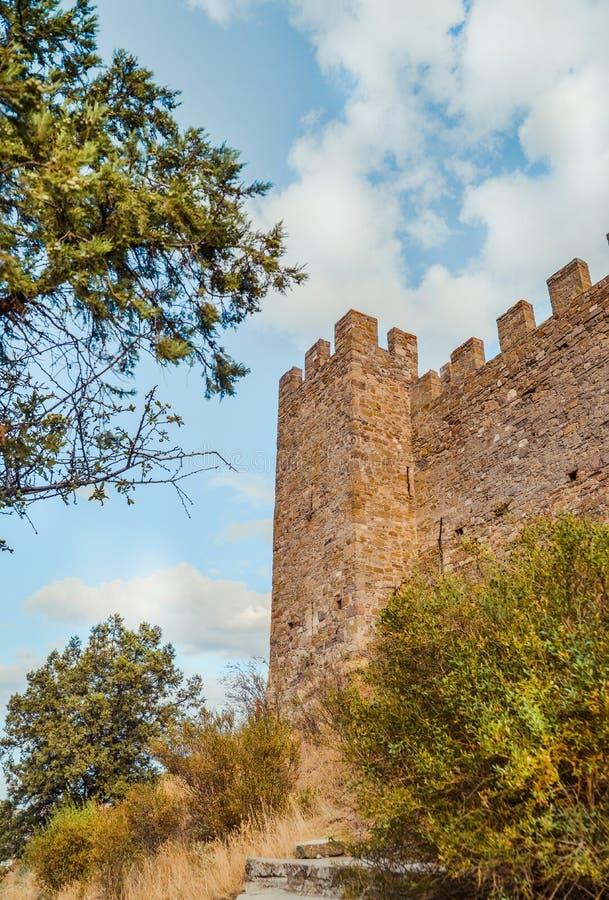 Fortaleza Genoese en Sudak, la península de Crimea, el Mar Negro Castillo consular y la pared del fortalecimiento de la grada sup imágenes de archivo libres de regalías