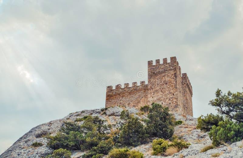 Fortaleza Genoese en Sudak, la península de Crimea, el Mar Negro Castillo consular y la pared del fortalecimiento de la grada sup foto de archivo libre de regalías