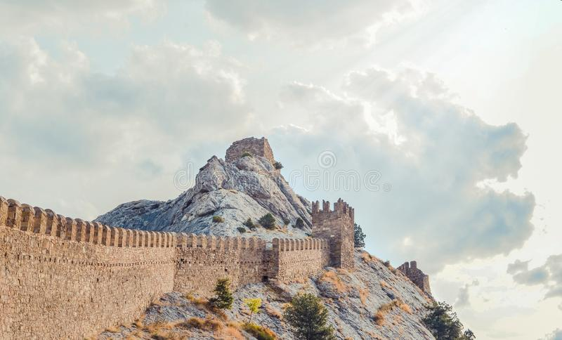 Fortaleza Genoese en Sudak, la península de Crimea, el Mar Negro Castillo consular y la pared del fortalecimiento de la grada sup imagenes de archivo