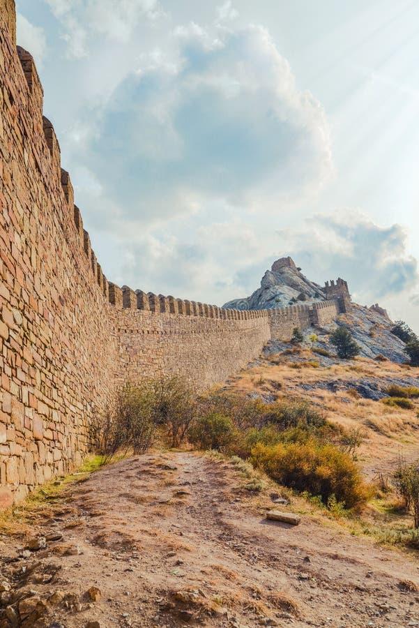 Fortaleza Genoese en Sudak, la península de Crimea, el Mar Negro Castillo consular y la pared del fortalecimiento de la grada sup fotografía de archivo
