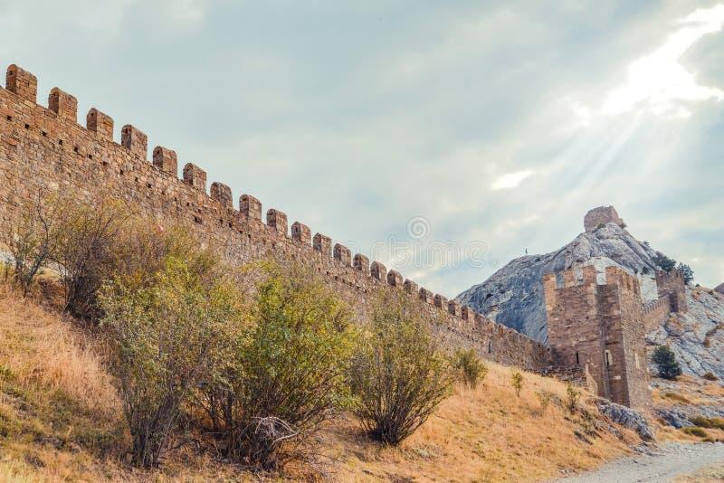 Fortaleza Genoese en Sudak, la península de Crimea, el Mar Negro Castillo consular y la pared del fortalecimiento de la grada sup fotos de archivo