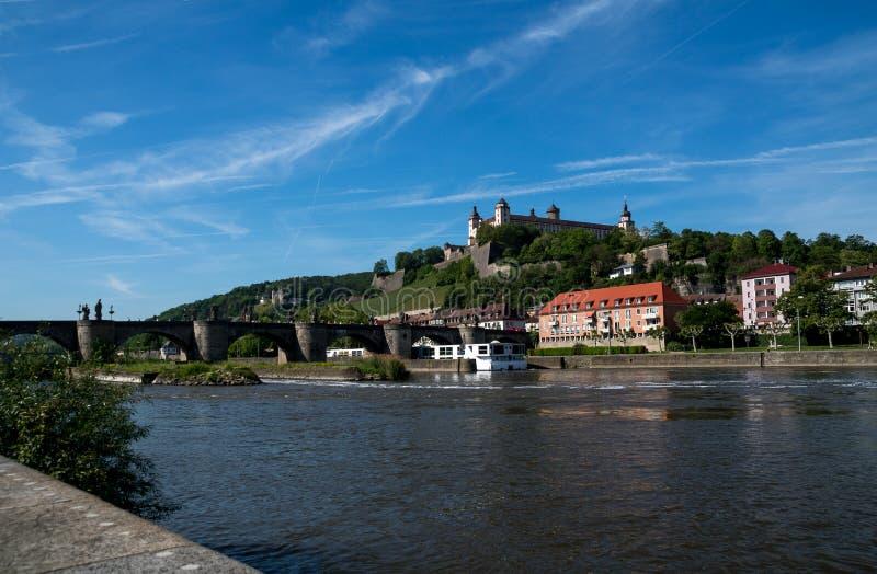 Fortaleza Marienberg con la tubería de río en la ciudad alemana Wurzburg imagen de archivo