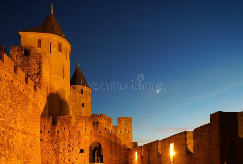 A fortaleza medieval de Carcassonne destacou a opinião da noite com lua mim imagens de stock royalty free