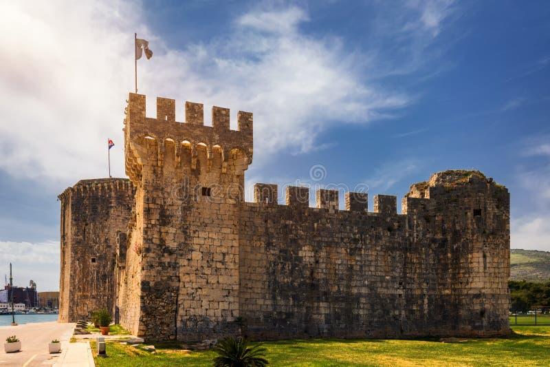 Fortaleza medieval de Kamerlengo del siglo XV con la bandera de Croacia en Trogir, Croacia Torre de Kamerlengo medieval imagen de archivo