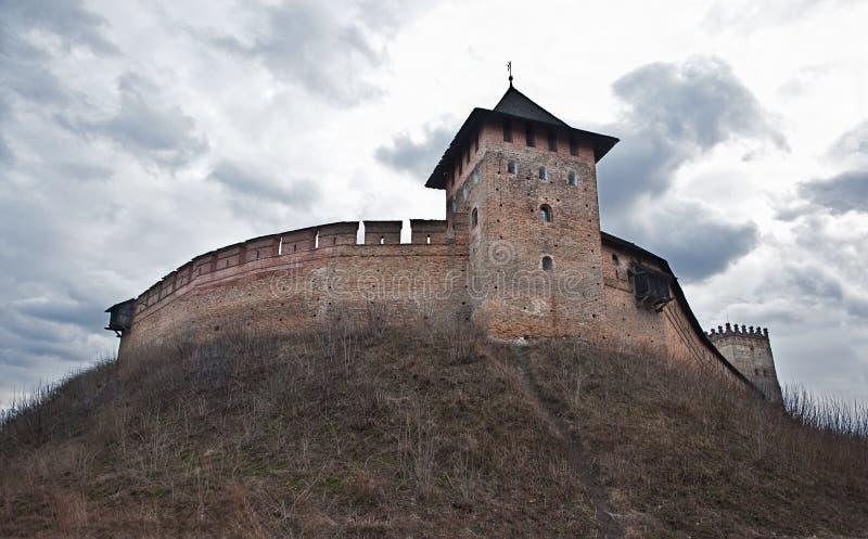 Fortaleza medieval inexpugnável no monte imagem de stock royalty free