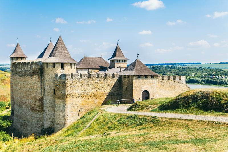 Fortaleza medieval na cidade Ucrânia ocidental de Khotyn imagens de stock