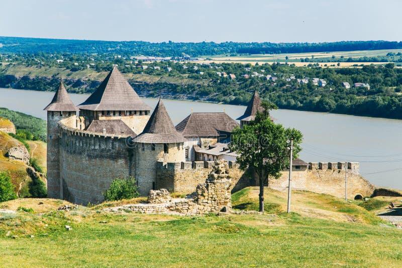 Fortaleza medieval na cidade Ucrânia ocidental de Khotyn fotos de stock royalty free