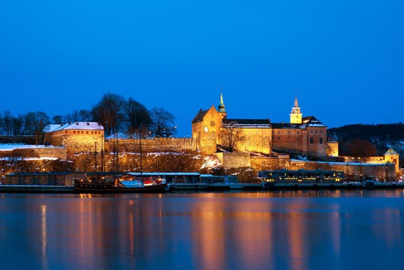 Fortaleza na noite, Oslo de Akershus, Noruega fotos de stock