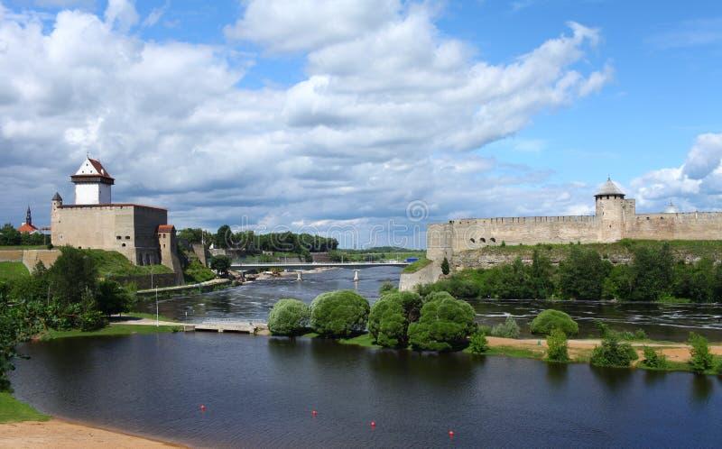 Fortaleza Narva y fortaleza de Ivangorod fotografía de archivo