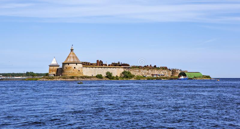 Fortaleza Oreshek Visi?n desde el agua Shlisselburg Rusia foto de archivo