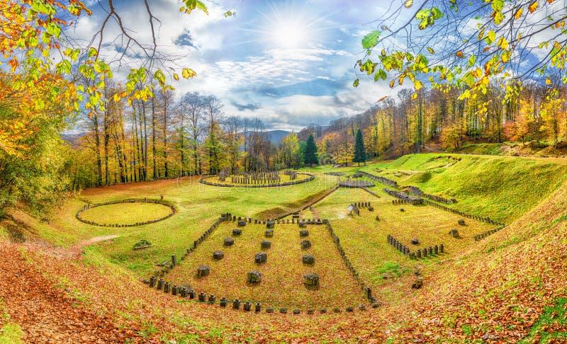 Fortaleza Sarmizegetusa Regia das ruínas de Dacian, montanhas de Orastie, Romênia imagens de stock royalty free