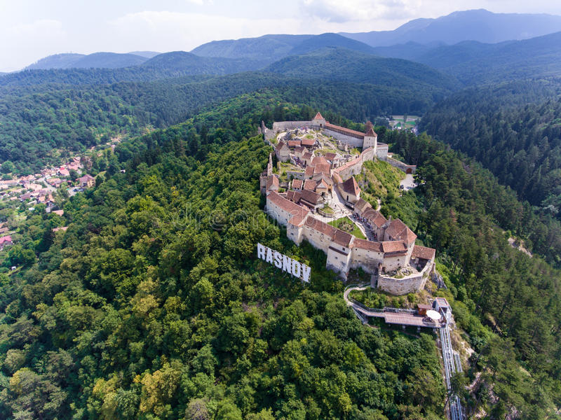 A fortaleza saxona Rasnov perto de Brasov na Transilvânia Romênia A imagem de stock royalty free