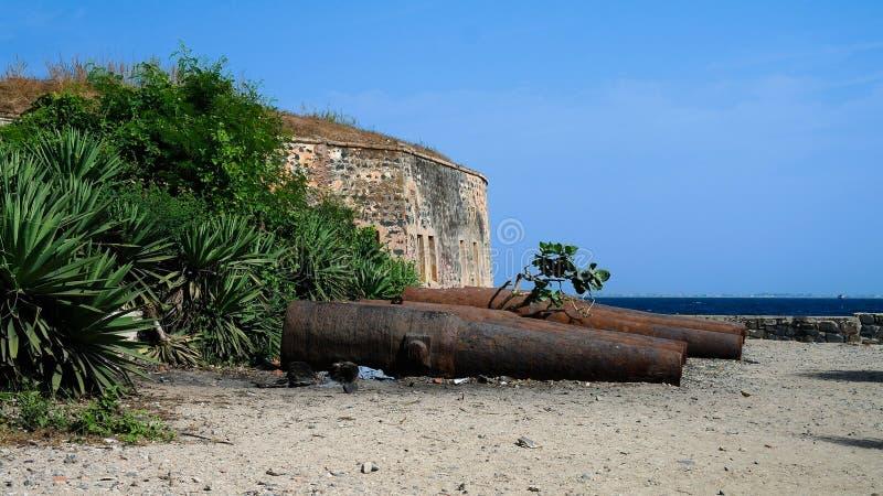 Fortaleza y cañones de la esclavitud en la isla de Goree, Dakar, Senegal imagen de archivo libre de regalías