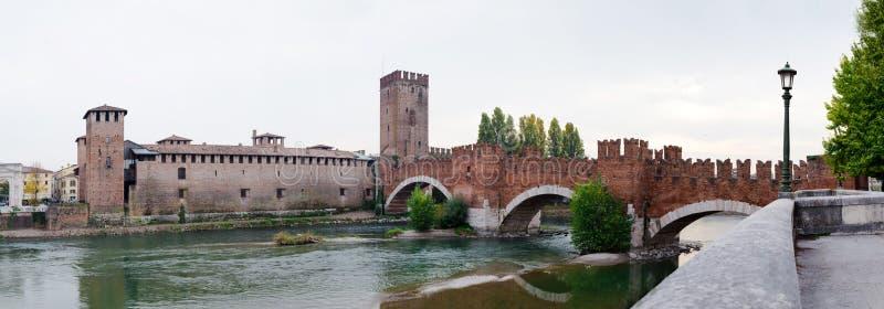 Fortaleza y el río Adige de Castelvecchio en la ciudad de Verona, Italia foto de archivo libre de regalías