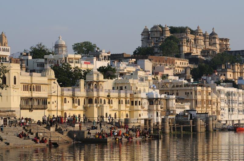 Fortaleza y Ghats de Udaipur imagenes de archivo