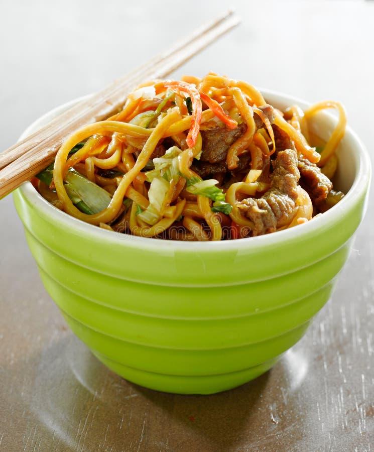 Fortalezca el mein del lo en un cuenco con los palillos fotografía de archivo