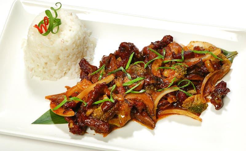 Fortalezca en filete de carne de vaca de la salsa de pimienta con shitaki, bróculi, el tallo del apio, las cebollas y la salsa de imagen de archivo