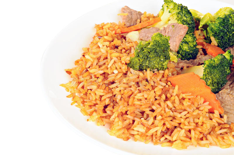 Fortalezca la carne, el bróculi, las zanahorias y el arroz con la salsa de soja en el pl blanco fotos de archivo