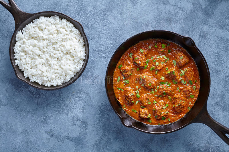 Fortalezca la comida picante del cordero del masala del garam de la salsa de Indian del cocinero lento del curry de Madras en cac imagenes de archivo