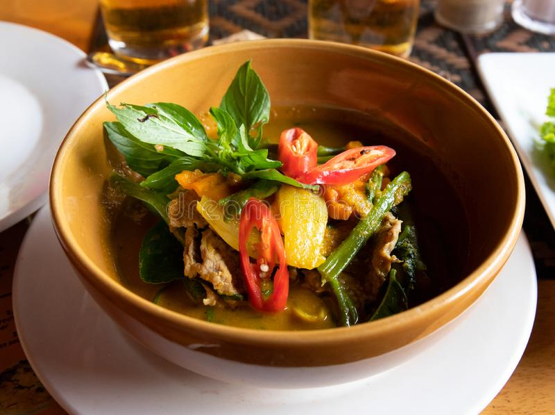Fortalezca la sopa con las verduras en cuenco Sopa tradicional del Khmer Cocina del natural de Camboya Sopa de verduras con carne fotos de archivo