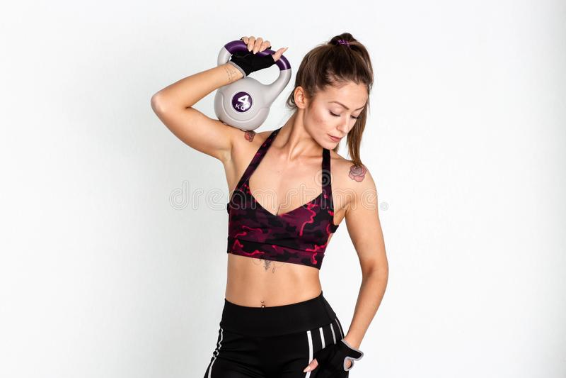 Forte addestramento atletico della donna con il kettlebell immagine fotografia stock