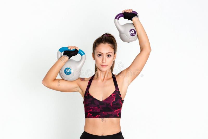 Forte addestramento della donna con il kettlebell immagine immagini stock libere da diritti