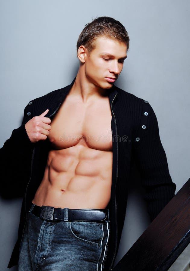 Forte bodybuilder di bellezza fotografie stock