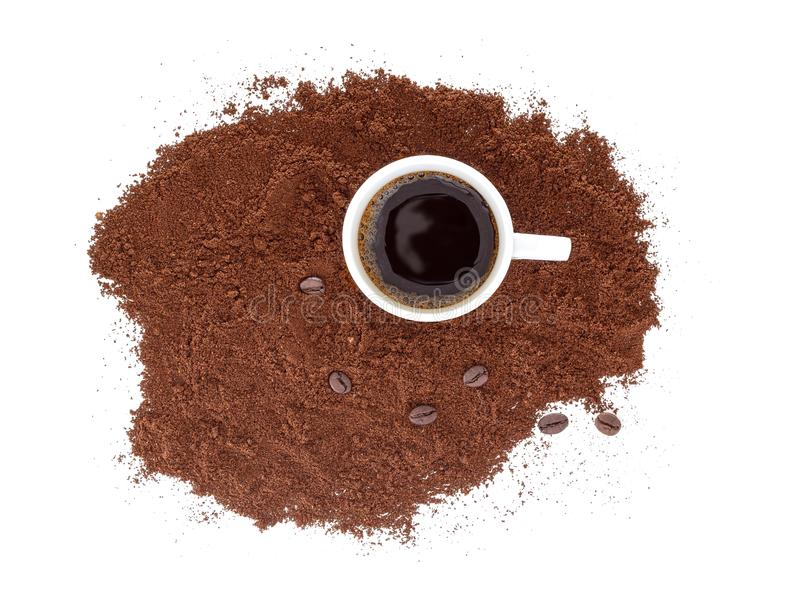 Forte, caffè espresso nero in una tazza bianca, con caffè di recente macinato ed i fagioli Isolato su priorità bassa bianca fotografia stock
