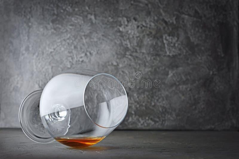 Forte cognac della bevanda alcolica in vetro di menzogne della ventosa per avere un sapore fotografia stock