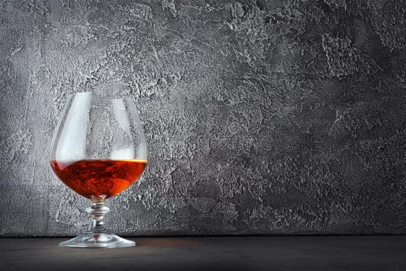 Forte cognac della bevanda alcolica in vetro della ventosa con lo spazio della copia fotografie stock libere da diritti