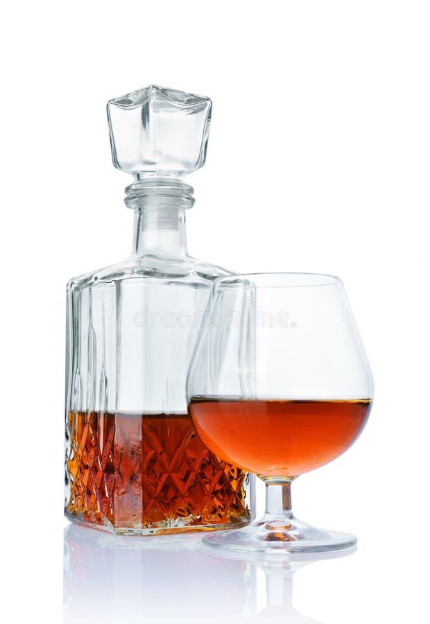 Forte cognac della bevanda alcolica in vetro della ventosa e decantatore dell'a cristallo fotografie stock