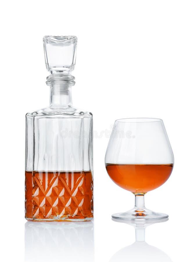 Forte cognac della bevanda alcolica in vetro della ventosa e decantatore dell'a cristallo fotografie stock libere da diritti