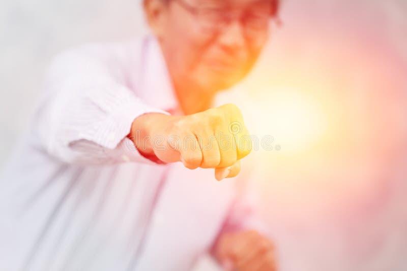 Forte combattimento della perforazione del pugno di buona salute dell'anziano sano fotografie stock libere da diritti