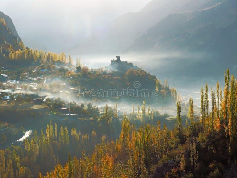 Forte de Altit na névoa e em Autumn Hunza Valley dourado, Karimabad, Paquistão imagens de stock
