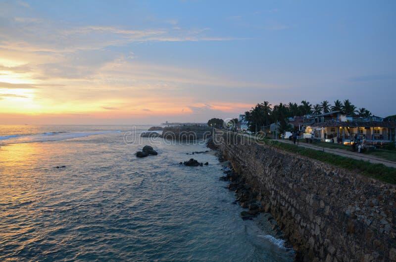 Forte de Galle, Sri Lanka - 4 de maio de 2018: Vista da parede de pedra da cidade e do oceano no por do sol imagem de stock