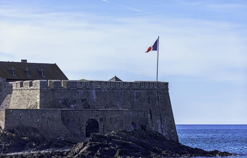 Forte de la Conchee - fortificação na ilha rochosa do marmelo, França fotos de stock