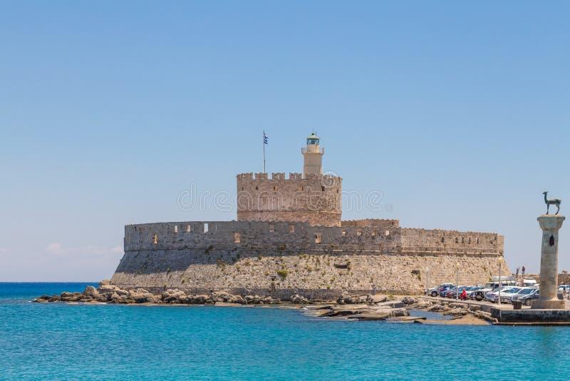 Forte de Nikolas de Saint e moinho de vento medieval no porto de Mandraki, o Rodes imagem de stock royalty free