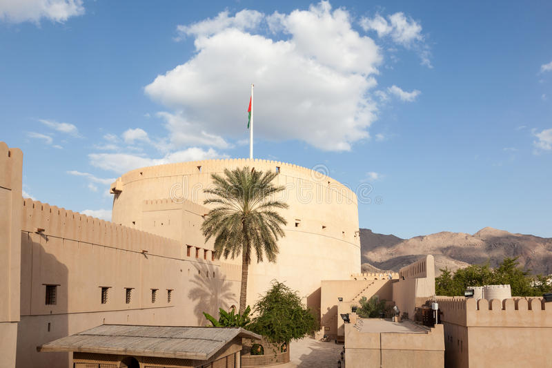 Download Forte de Nizwa, Oman foto de stock. Imagem de curso, torre - 65577196