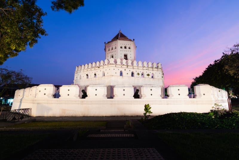 Forte de Phra Sumen na noite no parque de Santichaiprakan de Banguecoque, Tailândia foto de stock royalty free