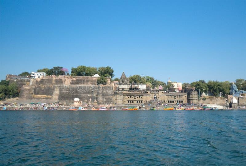 Forte do curso e ghat Índia-bonitos de Maheshwar fotos de stock royalty free