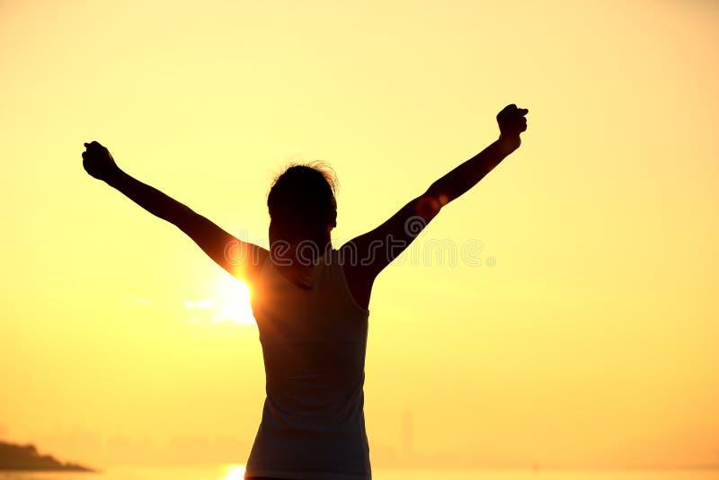 forte donna sicura a braccia aperte sulla spiaggia fotografia stock libera da diritti