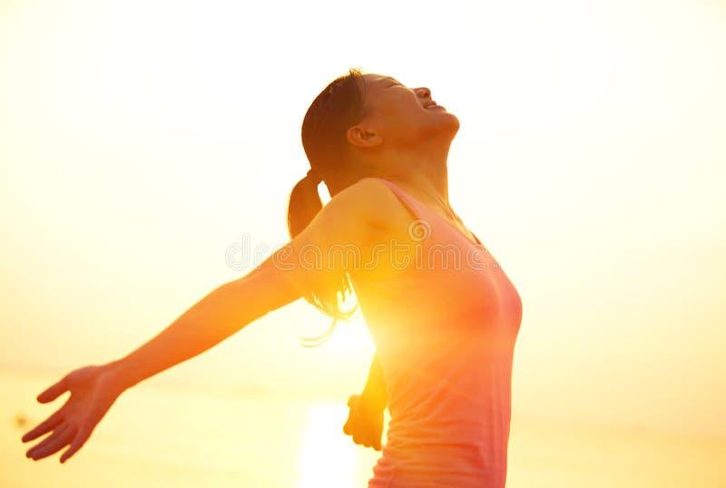 forte donna sicura a braccia aperte sulla spiaggia fotografie stock