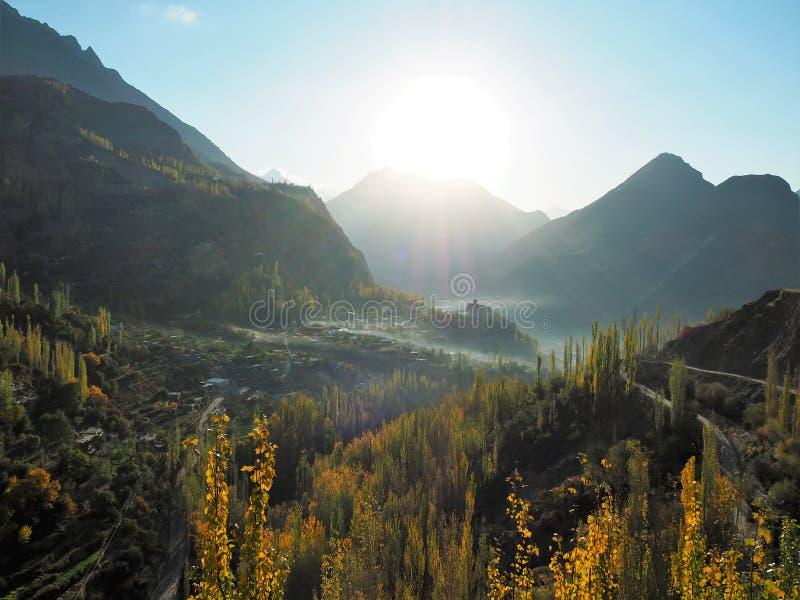 Forte dourado de Autumn Hunza Valley And Altit na névoa, Karimabad, Paquistão foto de stock royalty free