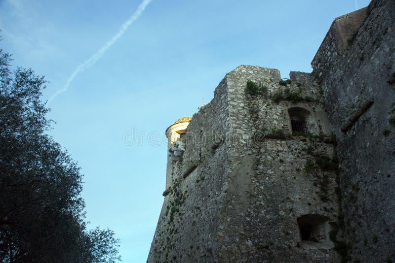 Forte du mont Alb?n Torre da fortaleza famosa contra o c?u azul, agrad?vel, france fotografia de stock