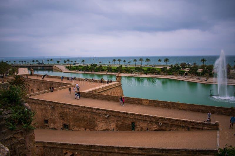 Forte e fonte em Palma de Maiorca, spain imagens de stock royalty free