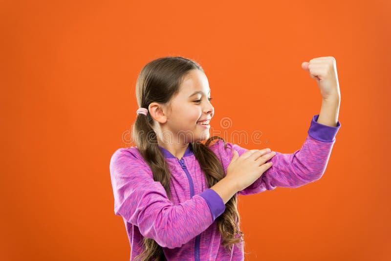 Forte e poderoso Aumentando crianças fortes Satisfeito com seu corpo saudável forte Sentimento forte Mostra bonito da menina da c fotos de stock royalty free