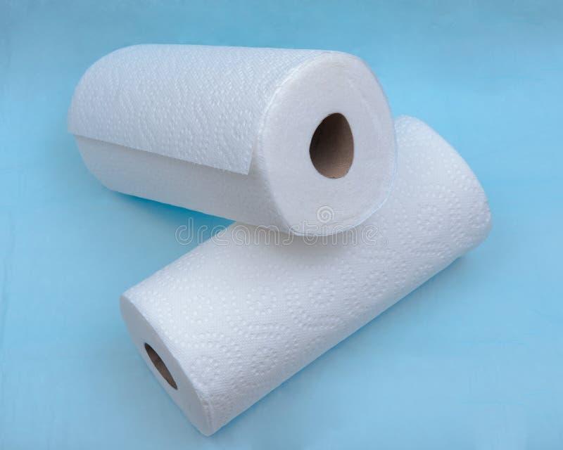 Forte ed asciugamano di carta assorbente molle isolato sul blu fotografia stock libera da diritti