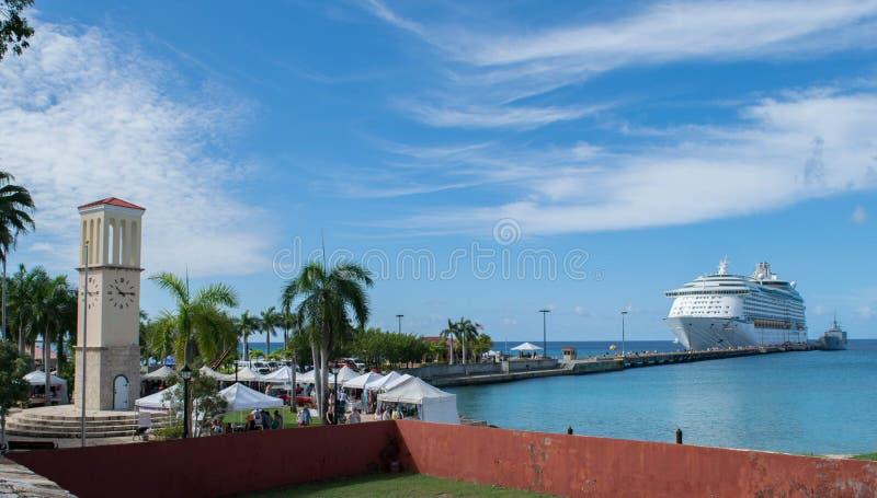 Forte Frederik do St Croix- - navio do Mercado-cruzeiro de ClockTower- fotografia de stock royalty free